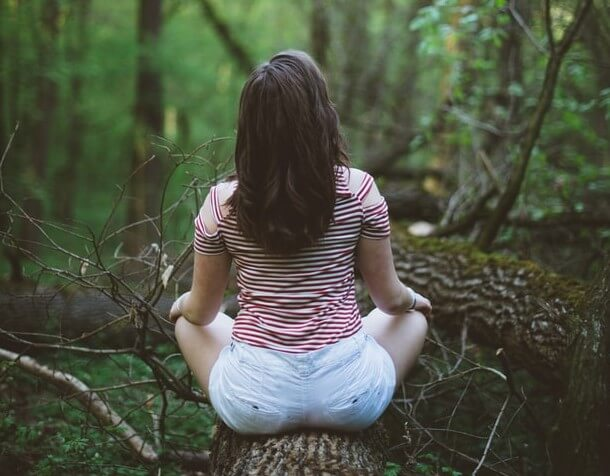 femme qui médite dans la forêt